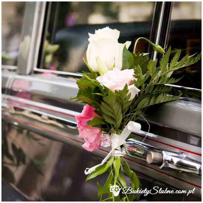 Dekoracje samochodu ślubnego - róże, goździki