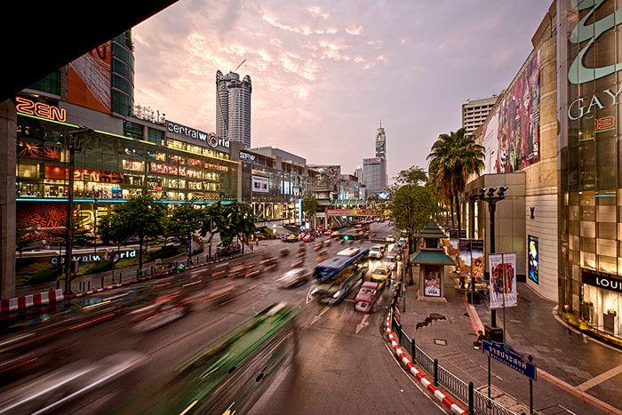 Als men aan Bangkok denkt, wordt al gauw gedacht aan een bomvolle, chaotische metropool. Voor degene die al meerdere malen in de stad zijn geweest, zullen echter denken aan een schitterende wereldsstad, waar het bezoeken van paleizen en tempels kan worden afgewisseld met het bezoeken van eetkraampjes en smalle straatjes met typische, Thaise winkeltjes.