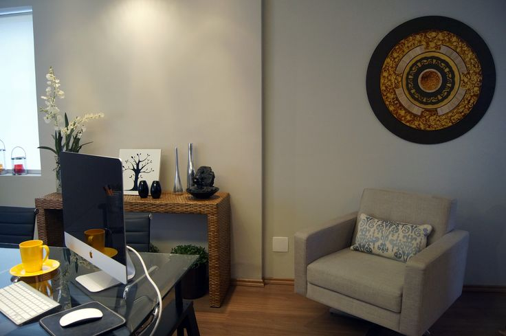 Area da poltrona, aparador em fibra natural e pedaço da mesa de trabalho