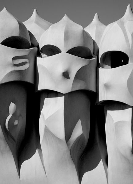"""Esculturas en el techo de La Pedrera/Casa Milá en Barcelona.  Estas esculturas esconden las unidades de ventilación. El apodo, """"La Pedrera"""" se inventó por los que criticaron la falta de estilo convencional."""