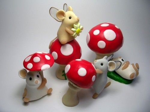 These are just amazingly adorable, although these are made from polimer clay you can easily use fondant or gum paste and put these adorable fairies on your cake or cupcake!