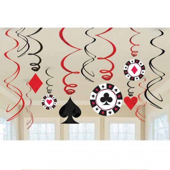 Casino versiering hangdecoratie Swirls gemaakt van plastic folie, perfect voor je volgende casino avond of Las Vegas party. Deze casino versiering hangdecoratie bestaat uit 6 gekrulde swirls, 3 swirls met casino bordjes en 3 swirls met kaartsymbolen.