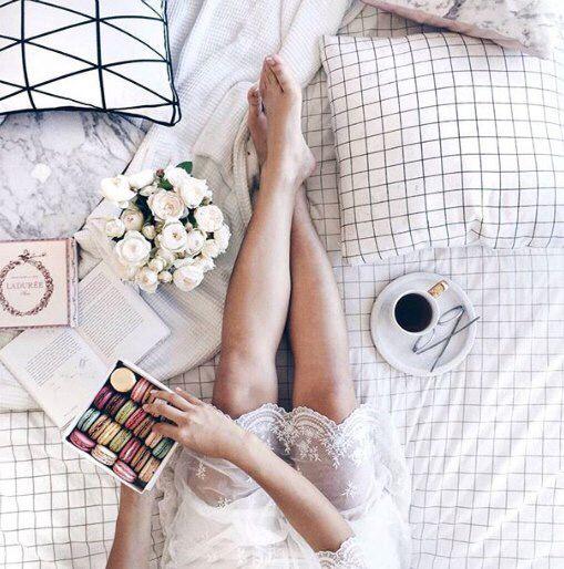 Ноги + печенье + подушки + цветы + кровать