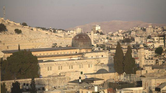 İsrail, Müslümanların ilk kıblesi Mescid-i Aksa'ya yönelik saldırılarını artırmaya devam ediyor. İsrail'in zulmüne dur demek için bugün cuma namazından sonra tüm İslam ülkelerinde gösteriler yapılacak. Müslümanların harekete geçmesi gerektiğini söyleyen İsmail Heniye de genel seferberlik çağrısı yaptı.