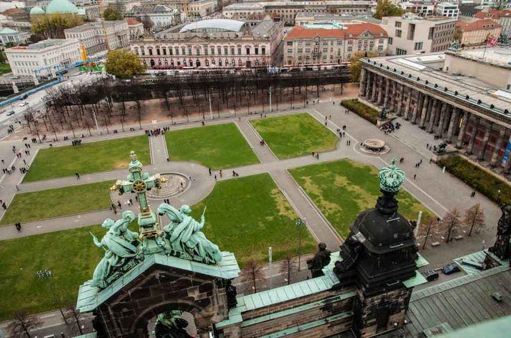 Berlín, capital de Alemania, y uno de los dieciséis estados federados alemanes, es una metrópoli viva en la que convergen muchas culturas diferentes, y una ciudad que atrae, fascina y sorprende en todas sus facetas. http://www.dosmaletas.com/2015/08/10-imprescindibles-de-berlin.html