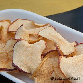 Knapperig in de voedseldroger gedroogde appelschijfjes: gezonde vegan snack. Makkelijk voor onderweg.