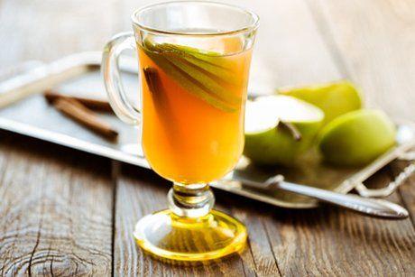 Der Glühmost ist die perfekte Alternative zu den üblichen Punsch und Tee Rezepten. Ein alkoholisches Heißgetränk für kalte Tage.