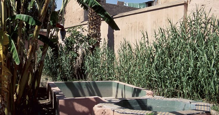 Consejos de diseño para una casa en el desierto. Diseñar una casa en un clima desértico conlleva consideraciones específicas. Debido a que estos son muy calientes y secos, las casas necesitan ser capaces de permanecer frescas y conservar agua. Los elementos de diseño como las paredes gruesas, las ventanas herméticas, las puertas selladas y la plomería eficiente pueden hacer una casa en el ...