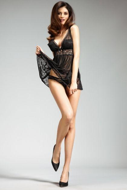 Frywolna i bardzo kobieca sukienka z rozkloszowanym ,przeźroczystym dołem wykończonym szykowną koronką. Głęboki dekolt podkreślają wieńczące go delikatne koroneczki. Na środku filuterna, satynowa kokardką.  Skład materiału: 90% poliester, 10% elastan