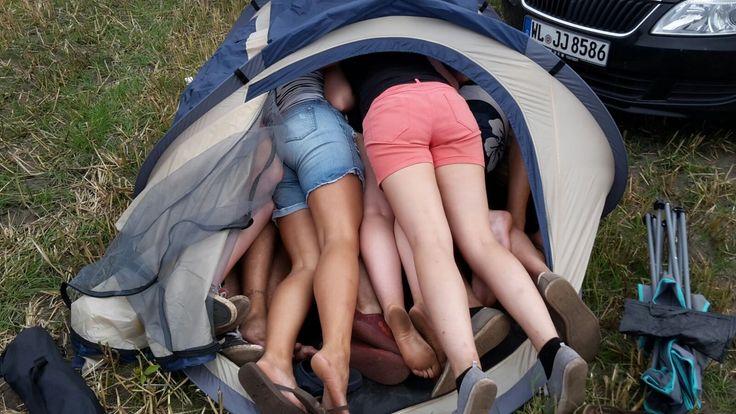 Wie viele Menschen passen in ein Zelt? Dieser Frage sind diese Deichbrand-Besucher auf den Grund gegangen. Foto Leuschner