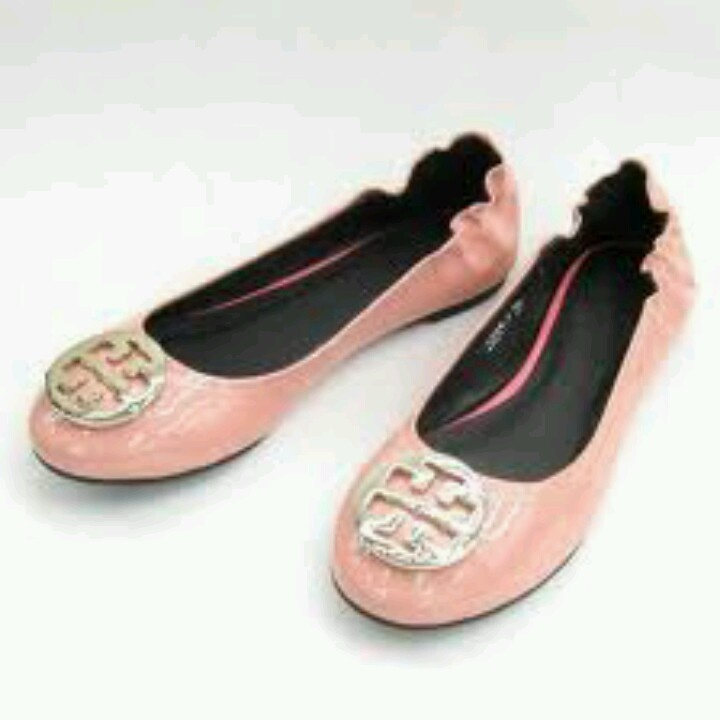 Patent leather shoes seem to be the trend for summer! and the peach color  makes the whole person more energetic. Pink Tory Burch flats, I want these!
