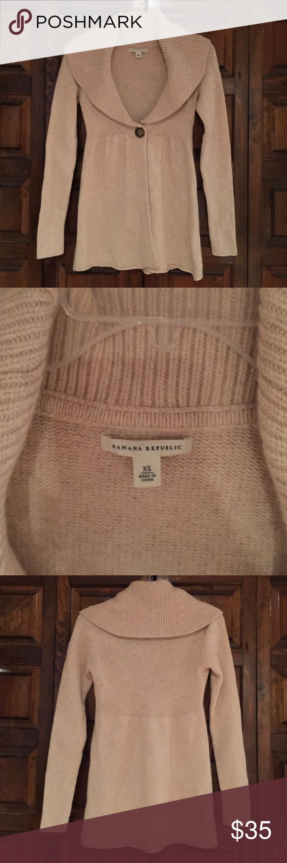 Banana Republic sweater - size XS Banana Republic sweater- size XS. Excellent condition! Color is oatmeal/cream. Soft! Looks fabulous with jeans and boots. Please note: lighting is dark. New photos to come when the sun makes an appearance :) Banana Republic Sweaters