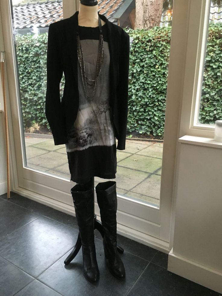 Voor de nieuwjaarsborrel, ruil je het vest om voor een jasje en de gympen voor lange hippe laarzen. Et Voila!!!!