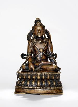 """大成就者阿瓦都帝巴 创作年代 15世纪 尺寸 高17cm 估价 400,000 - 500,000 HKD 成交价 -- 作品分类 佛教文物其它 作品描述 后藏 黄铜合金,镶嵌银和红铜 阿瓦都帝巴(Avadhūtīpa),11世纪印度瑜伽士,萨迦派道果传承第六位祖师,传说他在做瑜伽士之前为中印度的大国王狮子喜乐,Avadhutipa意即""""托钵僧""""。他从大成就者达玛汝巴(Ḍ.amarupa)处获得教诫后,犹如抛弃灰麈一般地舍弃国政,名为断二执行,他在自己城市的十字路口,与孩童们一起游戏,故普遍称为阿瓦打底巴(即中脉者,意为令风心进入中脉而获自在者),密名为不等金刚。1阿瓦都帝巴多作为组像出现,常见的阿瓦都帝巴为瑜伽士样式,身上装点骨饰、珠宝或花饰,呈散跏趺坐或一腿曲立,右手搭于右膝,食指点地似威慑印(梵tarjanī),左手托嘎布拉碗。姿势亦可相反,亦可不托嘎布拉碗。2此图录中所收录的三尊阿瓦都帝巴造像,均带有明确身份的藏文铭文,时代虽较为接近,但艺术风格各异。 此尊阿瓦都帝巴造像为三尊中时代风格最早者,从材质、莲座样式等方面判断,与俄尔寺(Ngor E waṃ Chos…"""