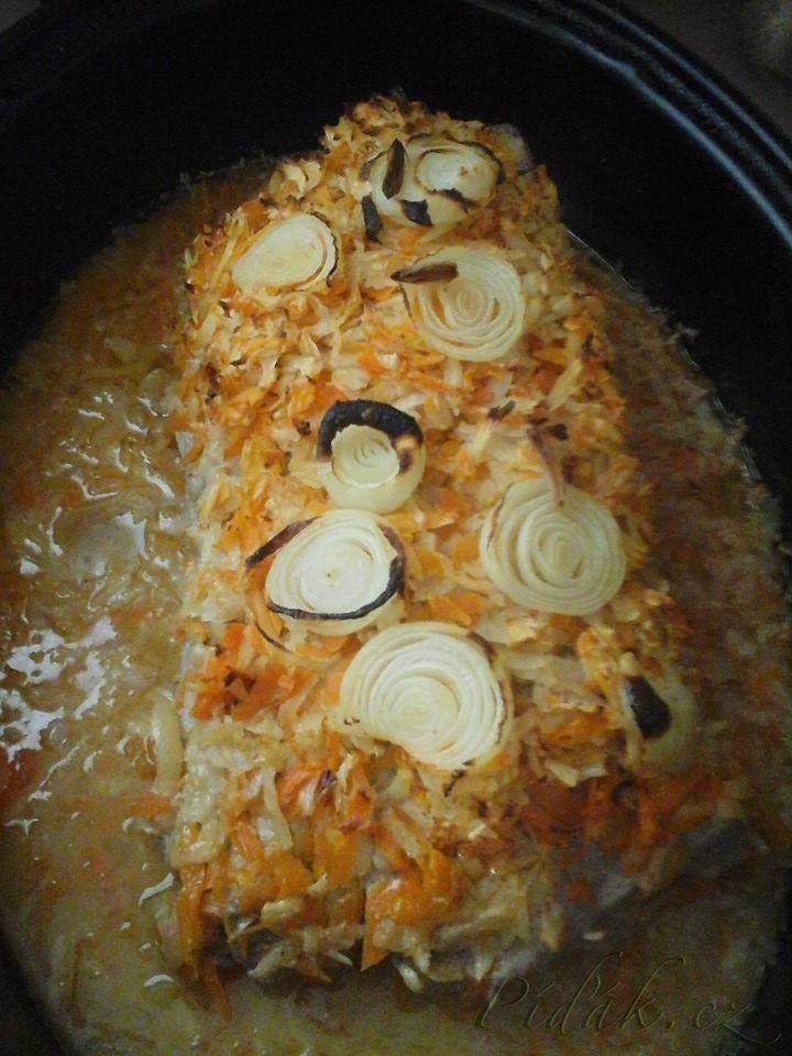 POTŘEBNÉ PŘÍSADY:  2 kg vykostěného vepřového kotletu 10dkg anglické slaniny 15dkg rozpuštěného másla 4ks mrkve 2ks petržel kousek kořenového celeru 2 cibule  POSTUP PŘÍPRAVY:  Tento recept je pro milovníky dobrého jídla.