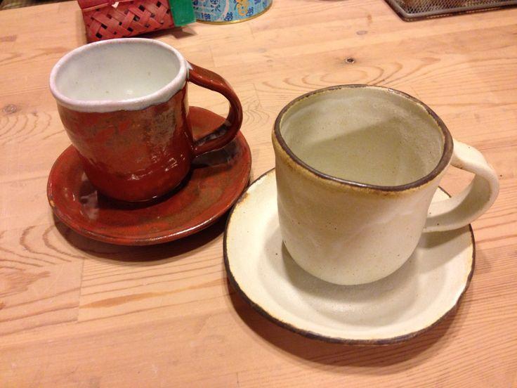 珈琲カップ  2013.10作  手びねり   赤土、酸化?   藁白、縁にはマンガン  あめ?縁にはうのふ