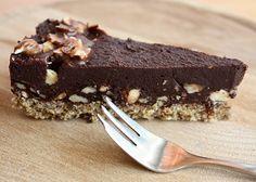 Výborná RAW torta pre všetkých milovníkov čokolády, ozaj to ide aj bez cukru. Zoznamovala som sa s kokosovým mliekom, ale spravíte ju aj bez neho. Nebojte sa experimentovať.
