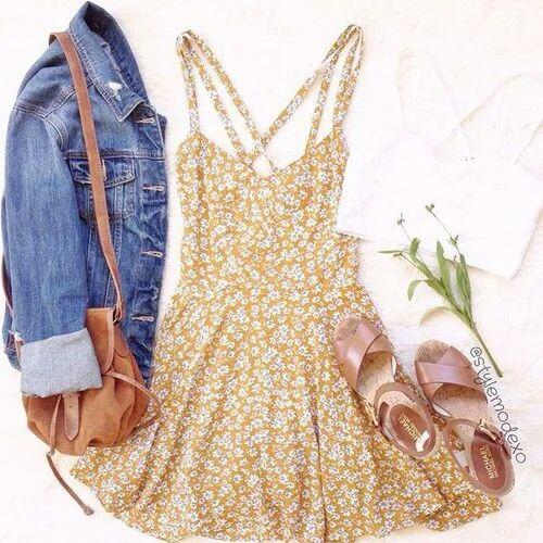 Un vestido con la espalda al descubierto, una cazadora vaquera, un bolso o, mejor una bombonera y unas alpargatas/sandalias. Un buen accesorio sería una corona de flores.