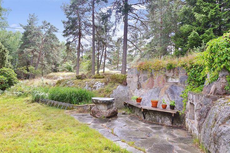Stensatt och murad uteplats med grill