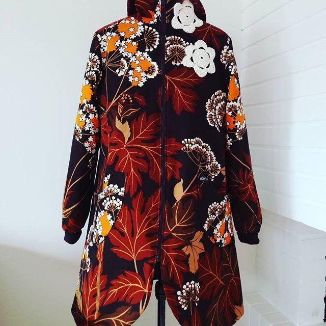 Flower coat for colder weathers for sale. Size 40/42, 169€ #hoppudesign #slowfashion #ethicalfashion #sustainablefashion #sewing #madeinfinland #retrotyg #retrokangas #eettisetvaatteet
