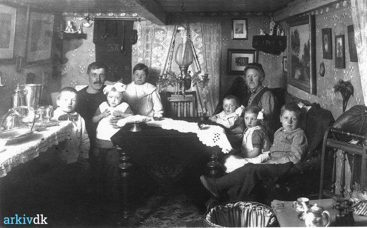 arkiv.dk | Johannes Henriksen Røn´s familie, Harboøre ( Tøt ) ca. 1910.