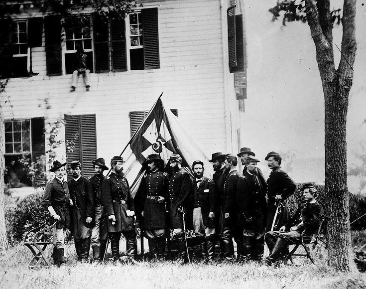 La guerre de Sécession du 12 avril 1861 au 9 avril 1865 : guerre civile impliquant les États-Unis d'Amérique (« l'Union »), dirigés par Abraham Lincoln, et les États confédérés d'Amérique (« la Confédération »), dirigés par Jefferson Davis et rassemblant onze États du Sud qui avaient fait sécession des États-Unis.  L'Union comprend tous les États abolitionnistes et cinq États « frontaliers » esclavagistes et est dirigée par Abraham Lincoln et le Parti républicain.