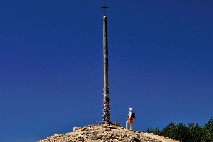 La Cruz de Hierro, a 1500 metri, è il punto più alto del cammino tradizionale (foto: Alamy/Milestonemedia)