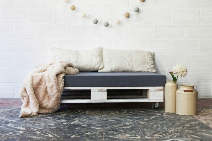 canapé en palette de bois avec coussins et couverture idée aménagement salon