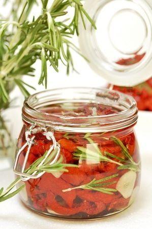 Вяленые помидоры на зиму.Моем и обсушиваем спелые помидоры, затем нарезаем их на половинки, можно также нарезать на четвертинки, вырезаем