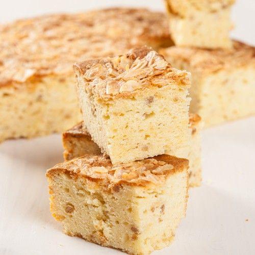 Maak een heerlijke winter wonder cake met amandel smaak met dit recept. Volg eenvoudig de stappen in dit recept en bak deze verrukkelijke plaatcake zelf.