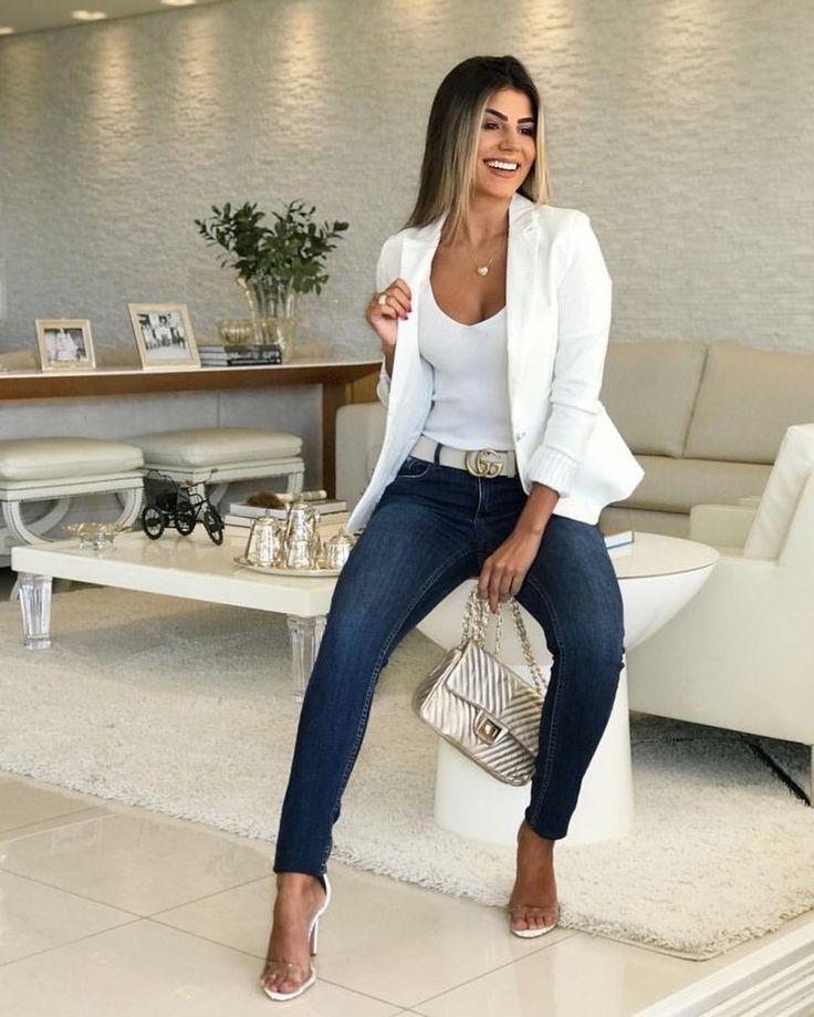 Il blazer bianco è estremamente elegante e ideale da indossare al lavoro o per un …