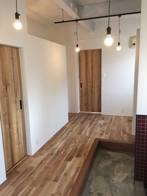 エイジング加工の土間と床の玄関(路地裏にあるショップの様な家) - 玄関事例|SUVACO(スバコ)