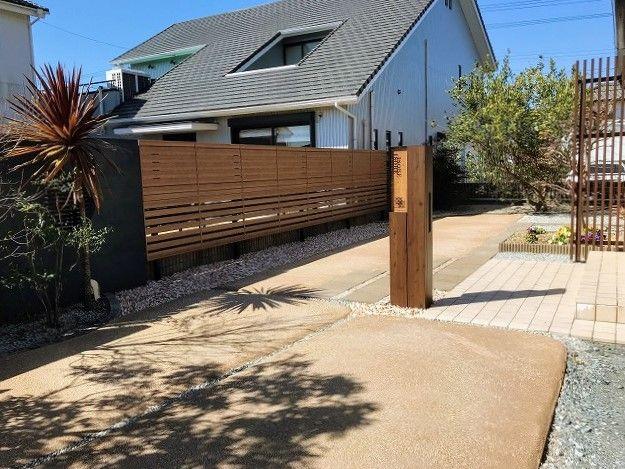 自然素材を使用した 楽土 を使用した玄関アプローチを作りました 透水性に優れ 防草効果もある商品です 土とセメントを主成分とし 水をかけて固まる商品です 2020 玄関アプローチ 玄関 自然素材