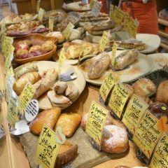 パリアッシュは大阪で人気のあるパン屋さん お店の中には沢山の種類のパンが並んでいて迷っちゃいそう(_;) 甘い菓子パンからサンドウィッチなどもあり軽食まで揃っているのでさまざまなシーンで気軽に利用できるのが魅力です tags[大阪府]