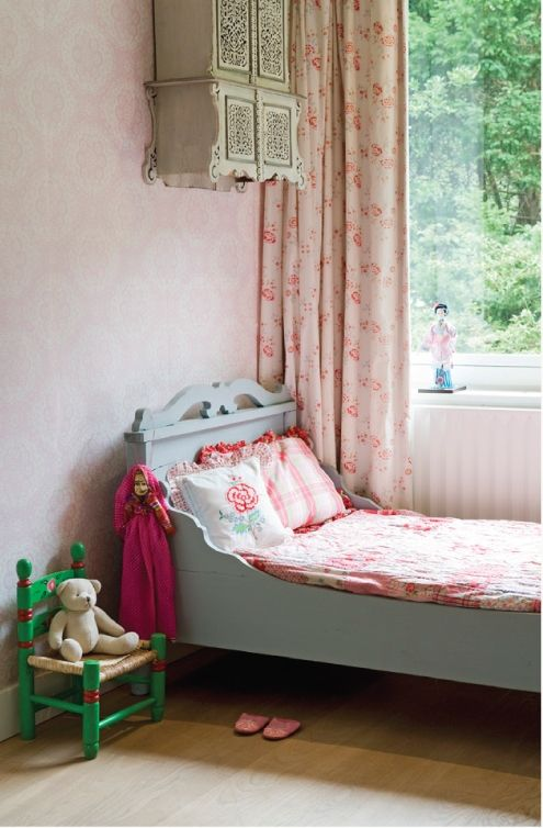 bed color and wallpaper
