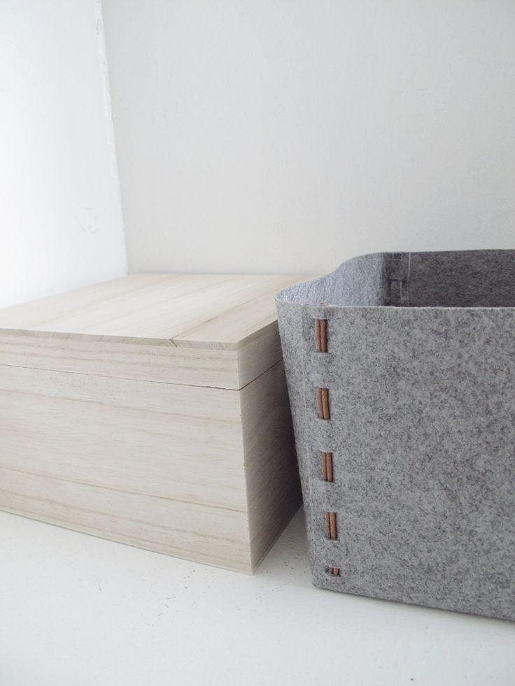 Boîte en bois clair et panier de rangement en feutrine grise, à faire soi-même :  http://designoform.com/crafts/storage-box-out-of-fabric-diy-no-sewing/