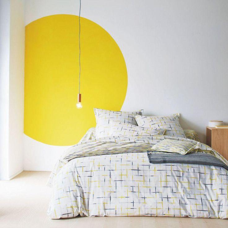 O quarto nas cores: branco, cinza claro, amarelo, limão.  O quarto no estilo: Nordic.