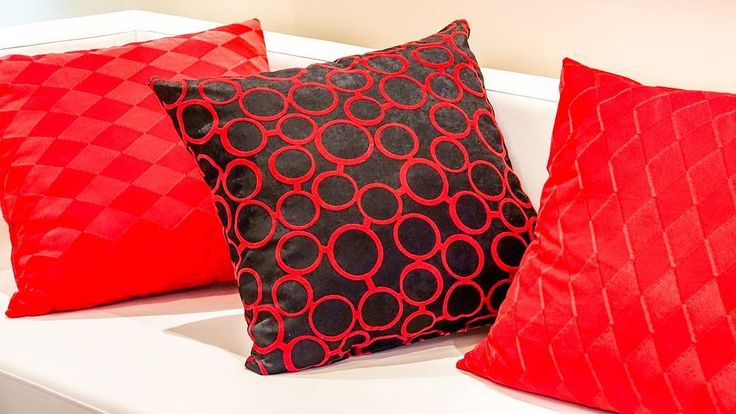 Lakukan pembersihan sofa dan bantal anda minimal 3 bulan sekali agar bakteri dan noda tidak berkembang biak di dalamnya. Atur jadwal pembersihan sofa bersama kami @sapubersih.id