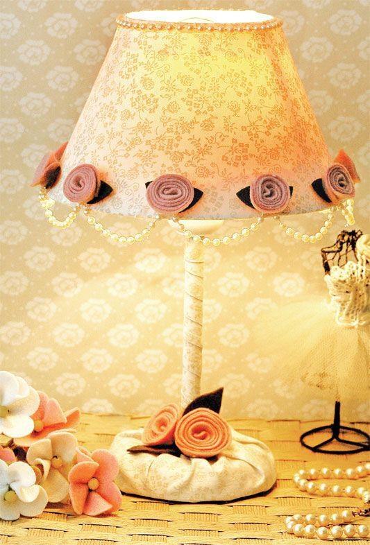 Abajur com decoração de tecido