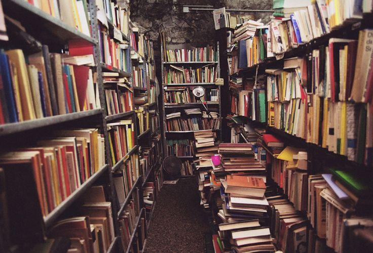 Kitaplar öyledir ki en güzel anları resmeder önce; müthiş hayaller inşa eder yüreğimize. Sonra, ilk defa duyduğumuz bir şarkı çalar kulaklarımızda...
