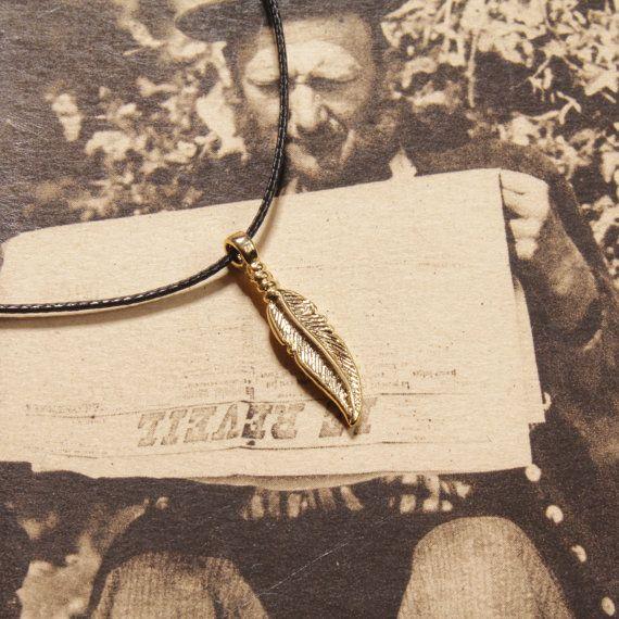 De nuestra colección de collares de delicada de piel sintética. Una pluma de oro (plateada sobre plateado) cuelga del cordón de imitación cuero. Gran collar a la capa para el boho festival Música ver.  Todos los collares delicada de piel sintética incluyen un pin de Ser su propio Bae gratis. El regalo perfecto para un buen amigo así que envíe un mensaje hermoso e inspirador.  Longitud del cable: 16 pulgadas (negro de cuero del Faux)  Colgante largo: 15 mm  Colgante Material: Oro chapado…