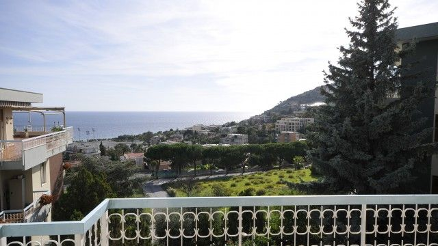 #rivierahomeholidays - #sanremo - Three room apartment placed in the middle of green spaces, with large sea views... modern, stylish, completely renovated. You can easily reach the center, famous beaches and the bike path. Check out! €390,000