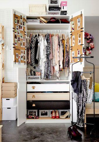 En öppen garderob.