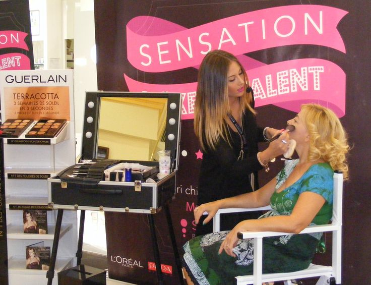 La Semifinasta Guilia Costantinelli, impegnata con una cliente affezionata, Marinella. Giulia realizza il make up giorno illustrato dal visagista Guerlain, Claudio Pellegrini.