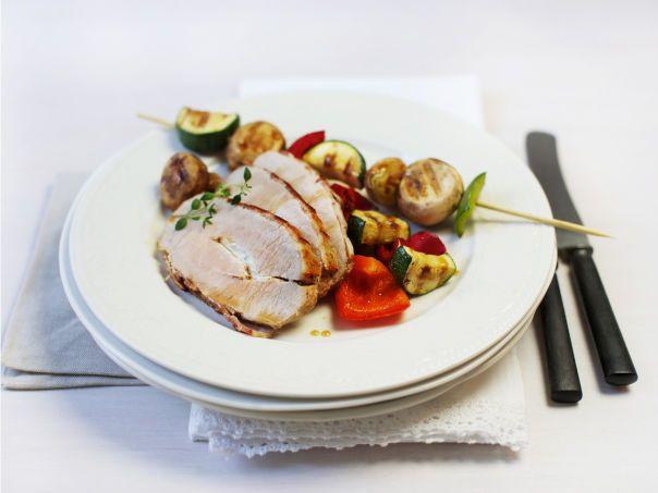 Helstekt svinefilet surret i bacon med grønnsaksspyd