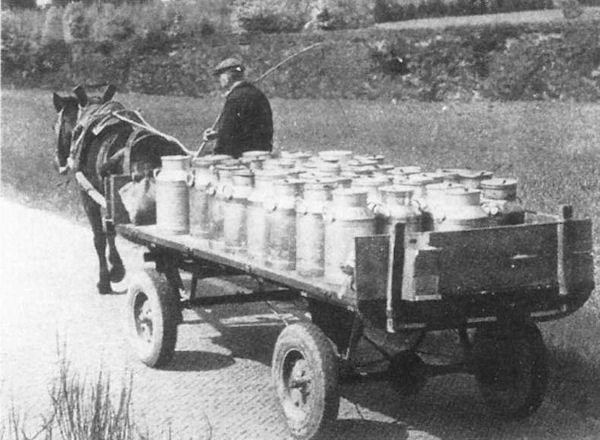 Melkbussen werden opgehaald met paard en wagen.