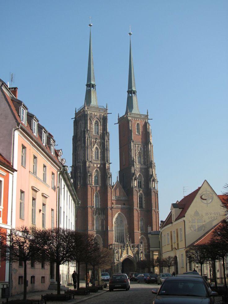 archikatedra we Wrocławiu, która wyrosła w XIII i XIV wieku na miejscu trzech innych, wcześniejszych świątyń. Jest udanym połączeniem gotyku doktrynalnego z gotykiem środkowoeuropejskim, redukcyjnym. Tak jak i inne świątynie, przechodziła różne przeobrażenia (renesans i barok), ale historycyzm XIX wieku przywrócił jej gotycki charakter.
