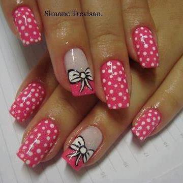 Unhas com lacinho rosa
