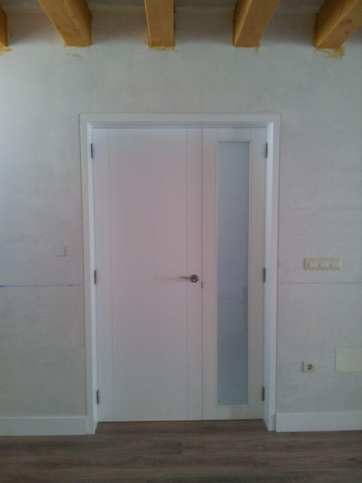 Puerta lacada, rodapié lacado y pavimento laminado.