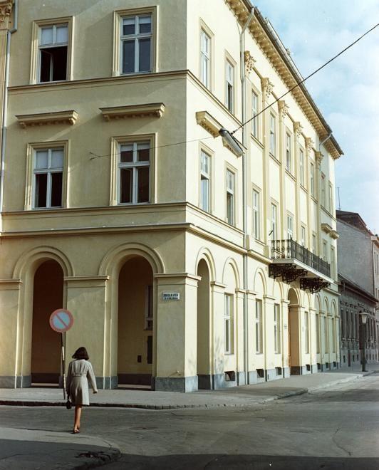 Dóm tér - Oskola utca sarok.